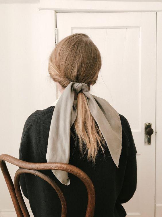 Buộc tóc uốn thấp với phụ kiện dây vải