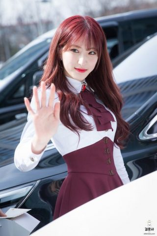 Tóc nhuộm màu đỏ tím là những màu tóc không cần tẩy cho nữ đẹp