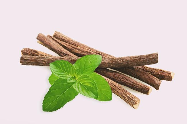 5 cách xông mặt trị mụn ẩn bạc hà và rễ cam thảo