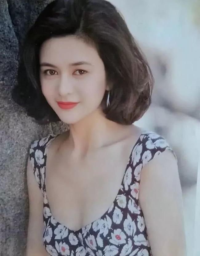 Quan Chi Lâm sở hữu mái tóc ngang vai uốn phồng