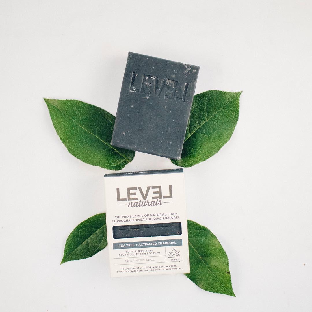 Xà phòng trị mụn lưng Level naturals tea tree + activated charcoal soap