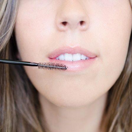 Cách tẩy da chết môi bằng chổi mascara cũ