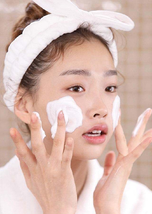 Cách chăm sóc da mụn thường xuyên đổ dầu nhiều