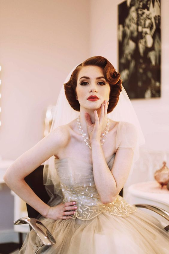 Trang điểm cô dâu đơn giản và làm tóc theo phong cách vintage