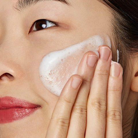Tại sao nàng nên sử dụng sữa rửa mặt dạng bọt cho da khô?