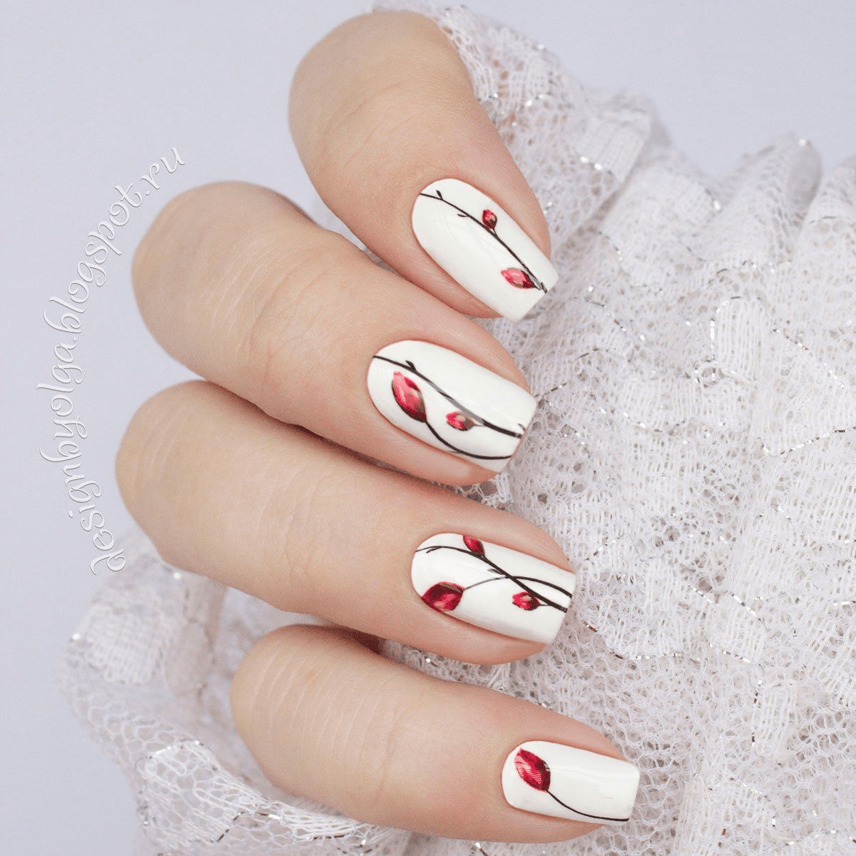 Móng tay trắng với hoa