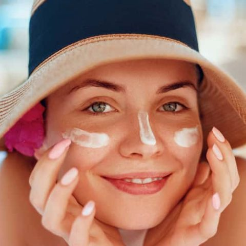 cách bôi kem chống nắng đúng cách cho da mụn