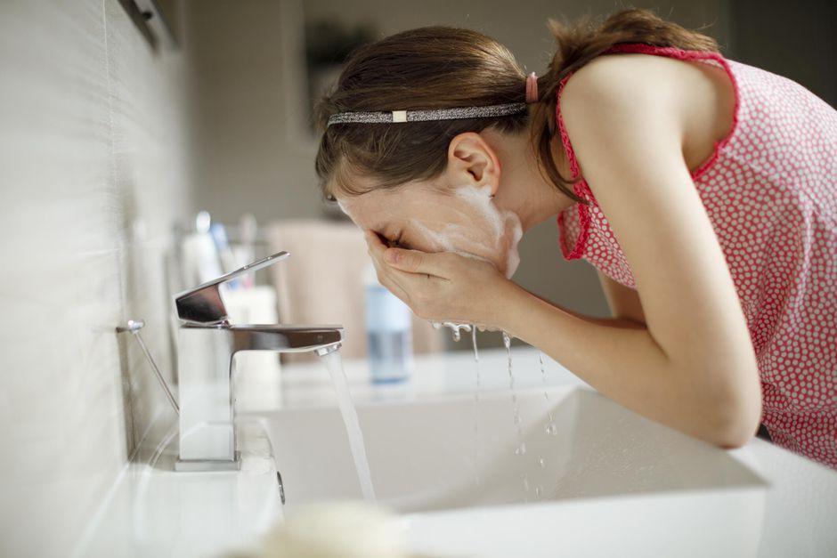rửa mặt bằng sữa rửa mặt
