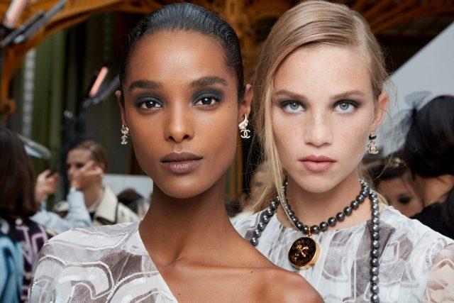 """Bỏ túi các make up trend """"siêu hot"""" từ tuần lễ thời trang mùa xuân 2021"""
