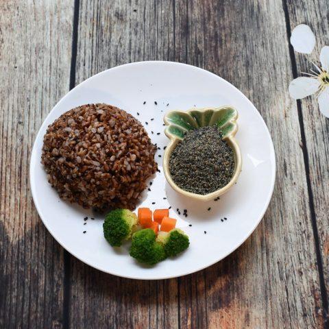 Gạo lứt kết hợp với muối mè đen