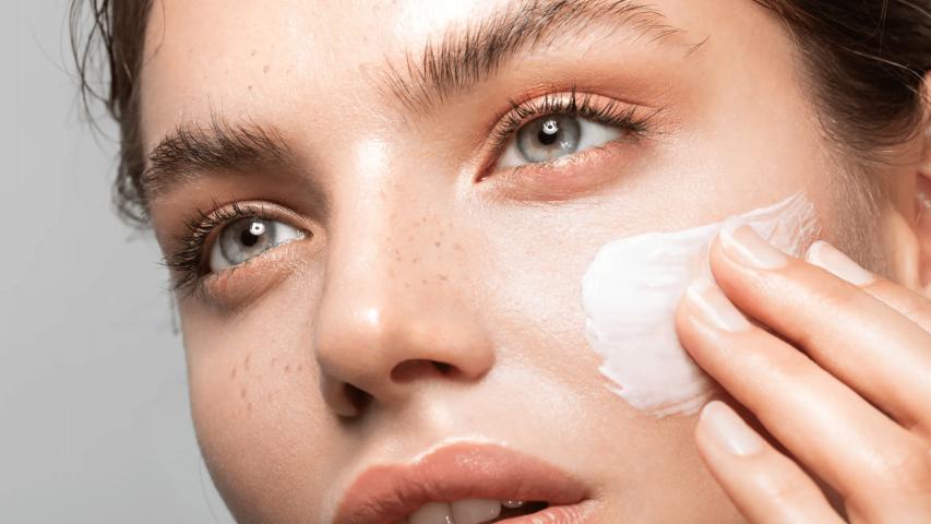 Sử dụng kem dưỡng ẩm để trị quầng thâm mắt