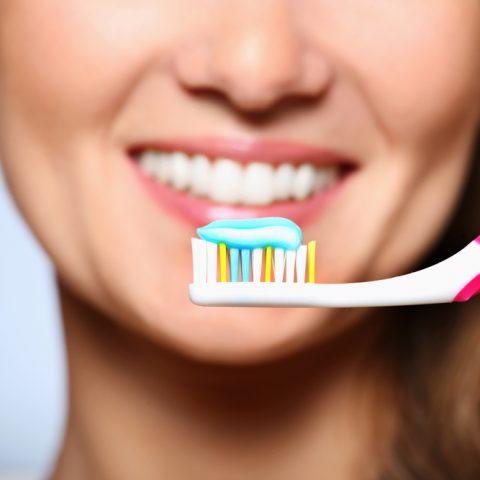 Tẩy trắng răng bằng kem đánh răng làm trắng