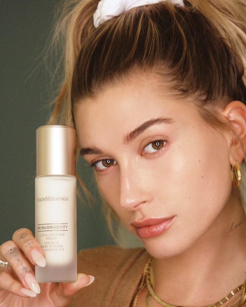 Hailey Bieber dùng serum Bareminerals Skinlongevity