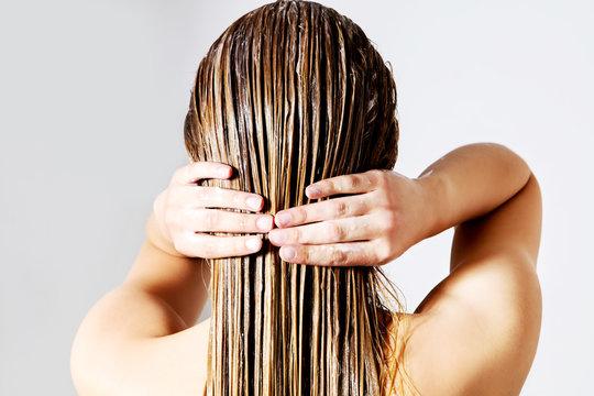 Không nên thoa dầu xả lên da đầu khi chăm sóc tóc gội