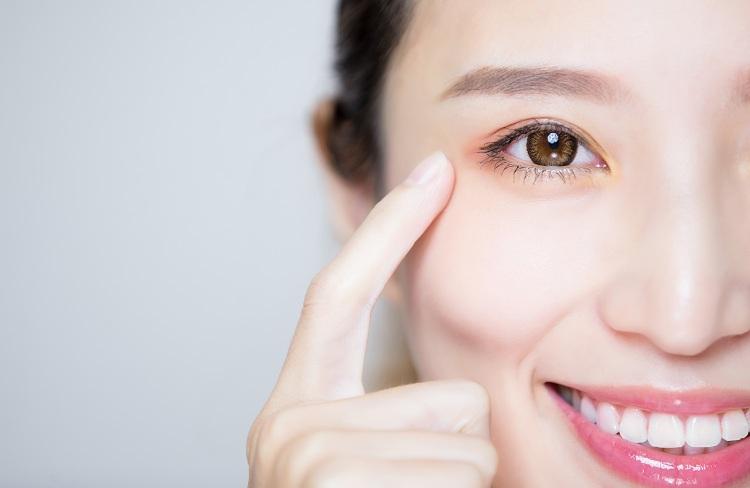 thoa retinoid vào vùng mắt