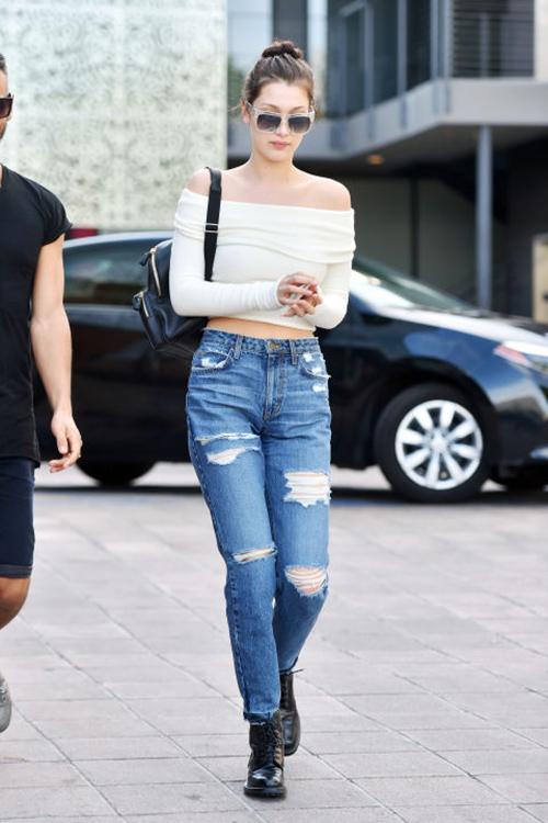 áo trễ vai phối đồ với quần jean