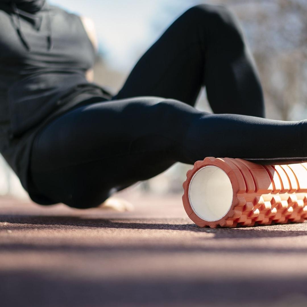 Massage chân với Foam roller