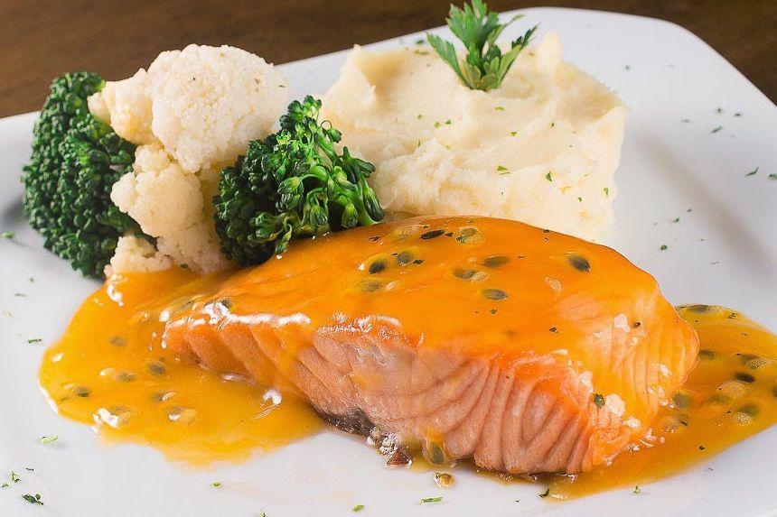 Thực đơn giảm cân ngon miệng với cơm gạo lứt ăn cùng cá hồi và rau