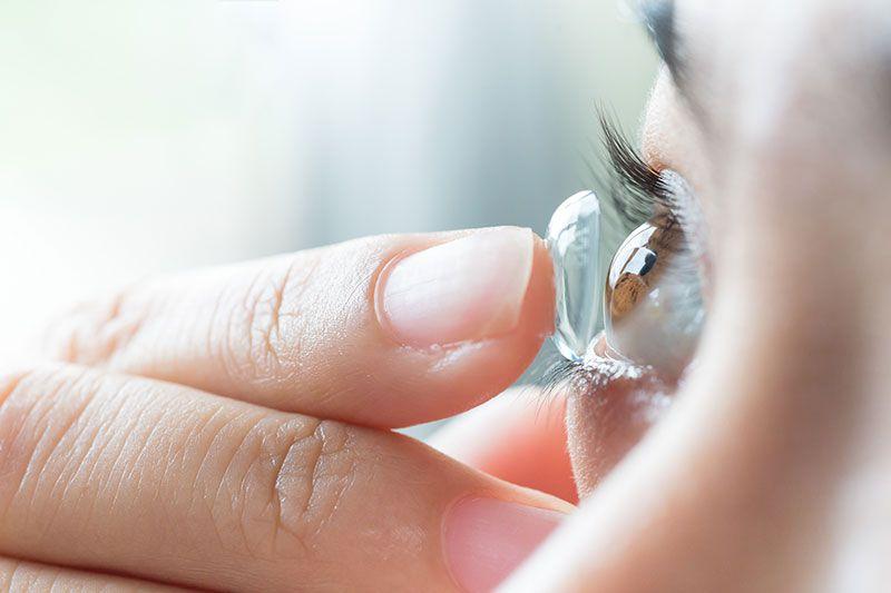 Cách đeo lens mắt cho người mới bắt đầu và những lưu ý khi sử dụng