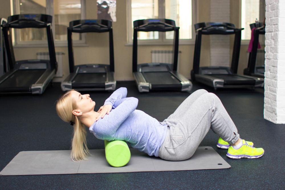 Massage lưng bằng foam roller