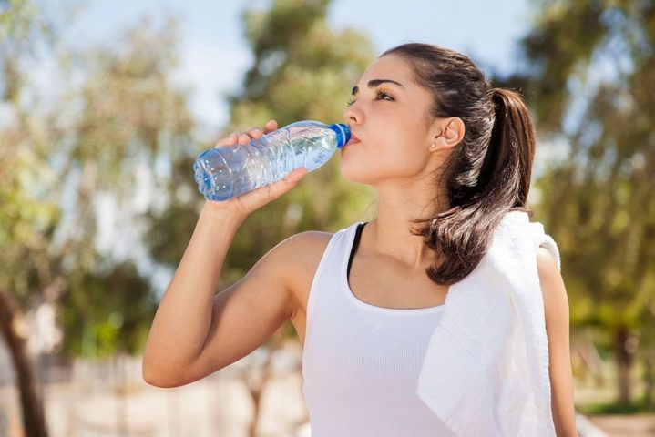 giảm cân sau sinh mổ bằng cách uống đủ nước