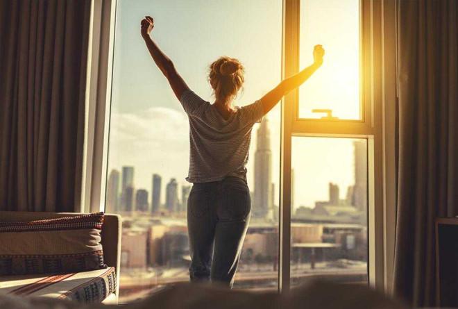 thức dậy sớm bằng cách không đặt báo thức gần giường