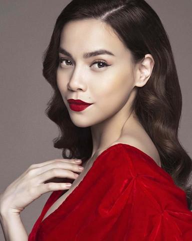 makeup tone tây môi đỏ