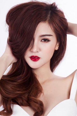 Tóc màu hạt dẻ ánh đỏ giúp nàng trở nên thu hút, nổi bật