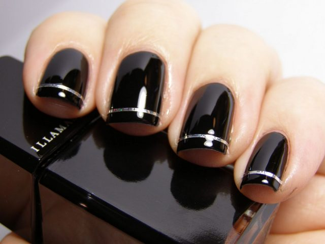 Sơn móng tay tông màu đen sáng da