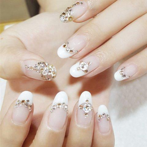 Kiểu móng tay đẹp đính đá màu trắng