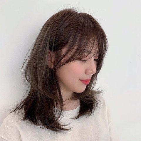 Kiểu tóc ngang vai xoăn nhẹ tự nhiên
