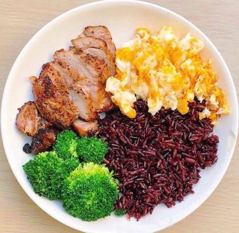Ức gà kết hợp với gạo lứt