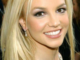 Vẻ đẹp và phong cách thời trang của Britney Spears từ cô nữ sinh thập niên 90s đến nữ hoàng thảm đỏ quyến rũ