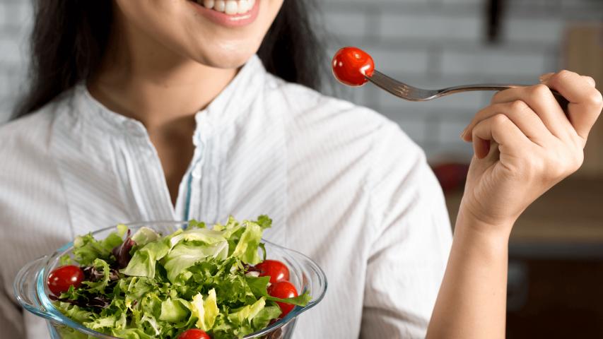 cách giảm cân tại nhà - Ăn salad trước bữa ăn