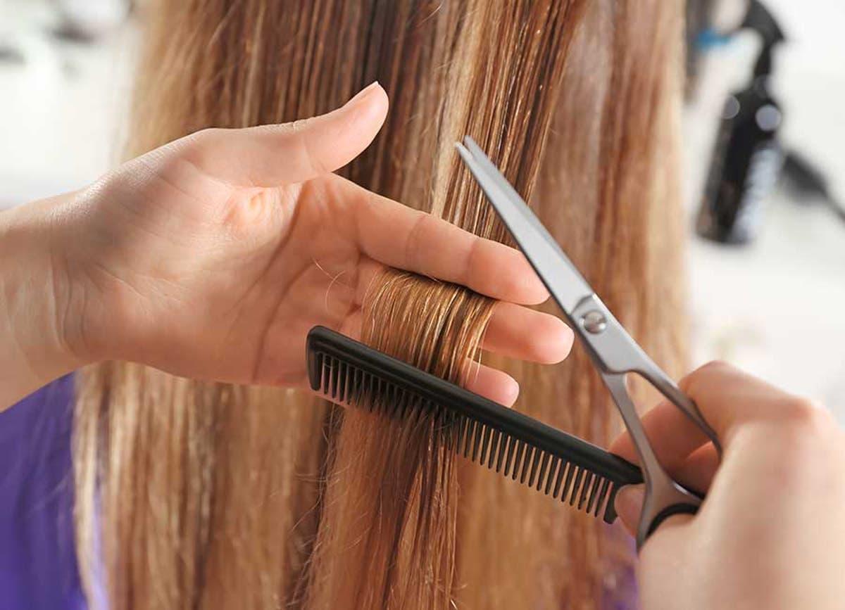 Cách chăm sóc tóc khỏe là cắt bỏ phần tóc chẻ ngọn