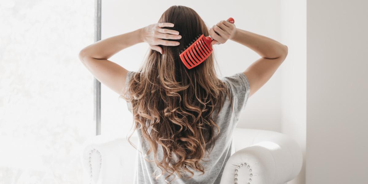 cách chăm sóc tóc là gỡ tóc rối một cách nhẹ nhàng