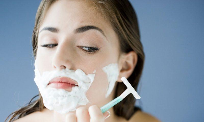 Phương pháp tẩy lông mặt truyền trống: Cạo lông