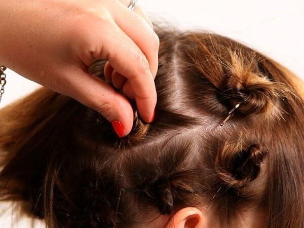 Cách làm tóc xoăn sóng ngắn bằng dây chun