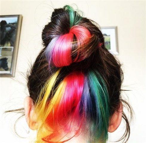 kiểu nhuộm tóc với các dải màu sắc rực rỡ như cầu vồng