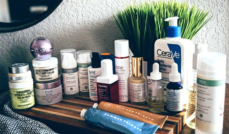 Thoa kem dưỡng ẩm là bước cơ bản trong các bước chăm sóc da ban ngày và ban đêm