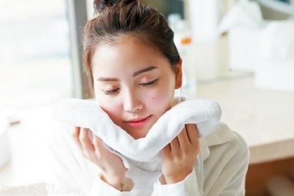 Để khô da tự nhiên hay dùng khăn mặt