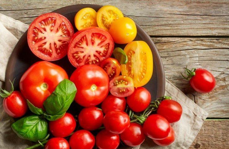 Trị vết thâm ở chân lâu năm bằng cà chua