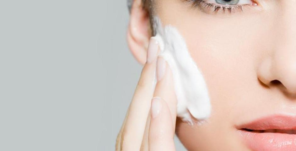 Nên chọn dầu tẩy trang hay nước tẩy trang cho da dầu mụn?