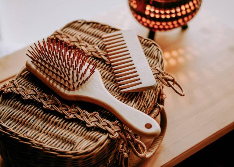 Sử dụng lược chải tóc chuyên dụng cho tóc bết
