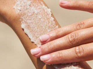 Bạn có biết sự khác biệt giữa tẩy tế bào chết vật lý bằng muối và đường? Da bạn nên sử dụng loại nào?
