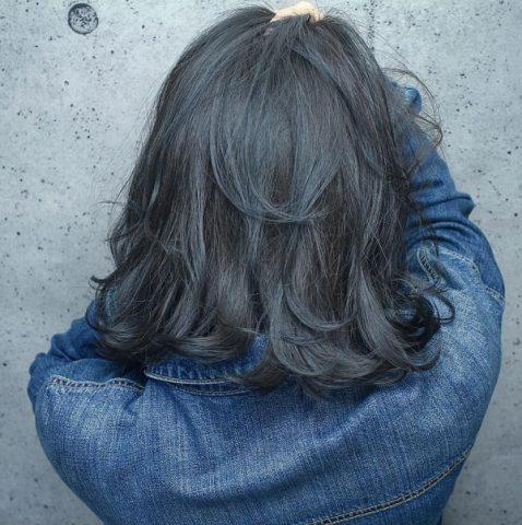 Tóc ngắn xoăn sóng lơi nhuộm màu xanh
