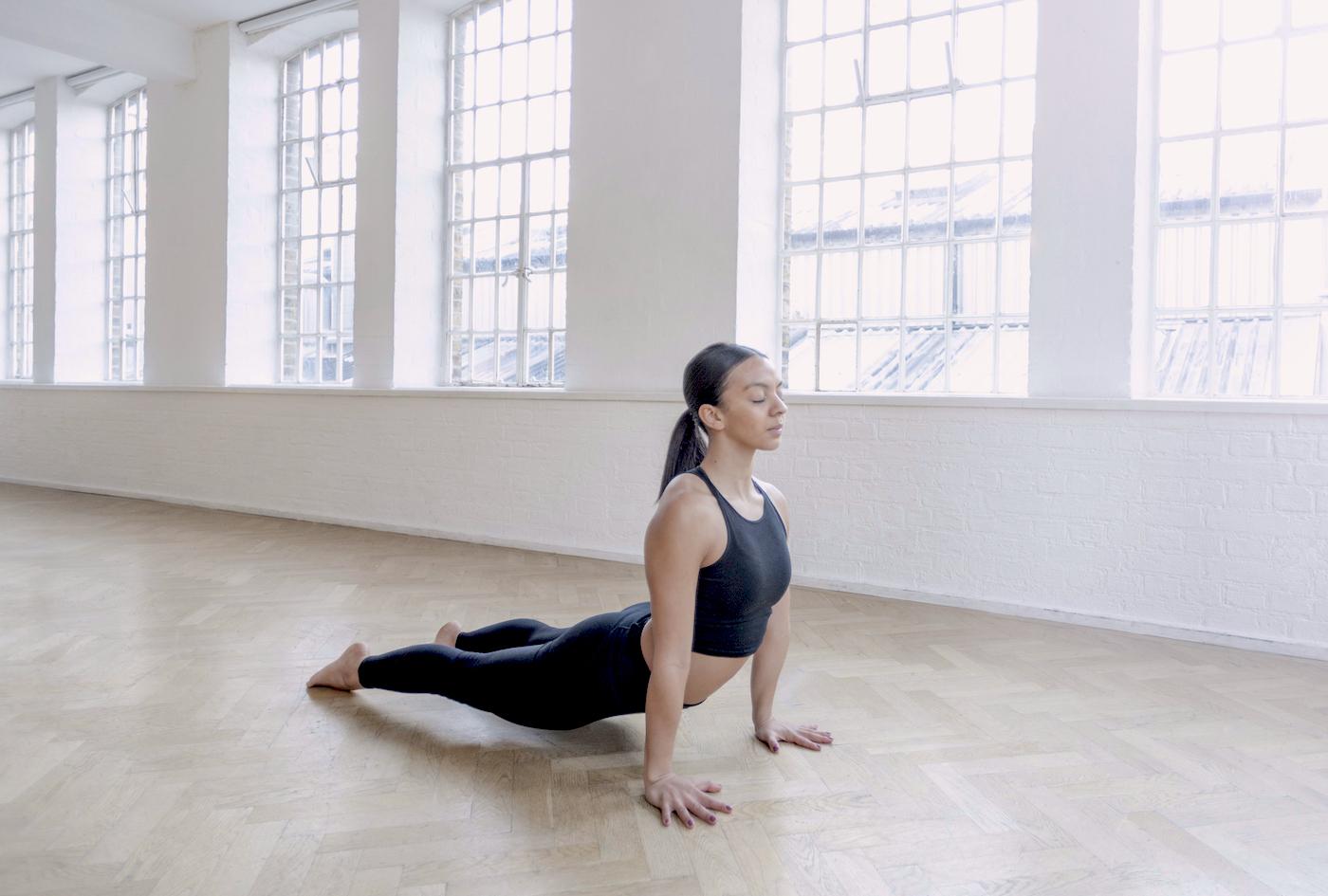 bài tập thở yoga trị liệu tư thế rắn hổ mang