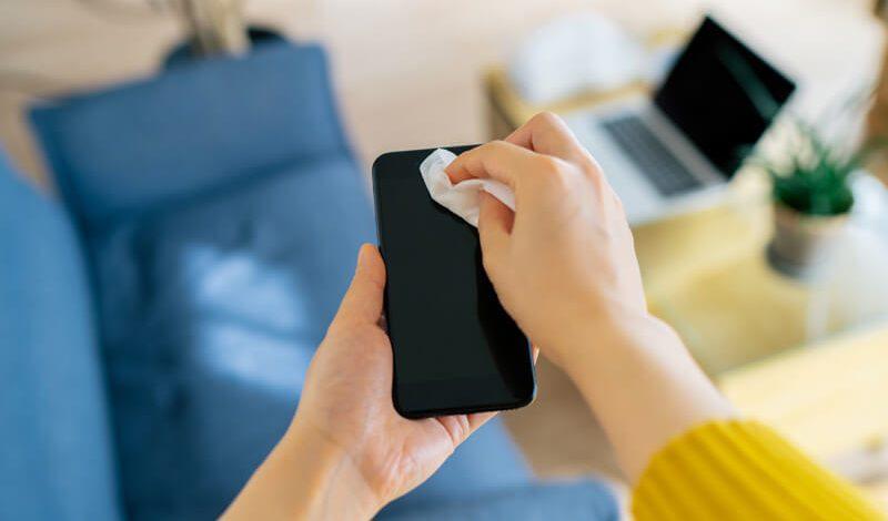 COVID-19: Cách vệ sinh điện thoại để loại bỏ vi khuẩn vi-rút dịch bệnh