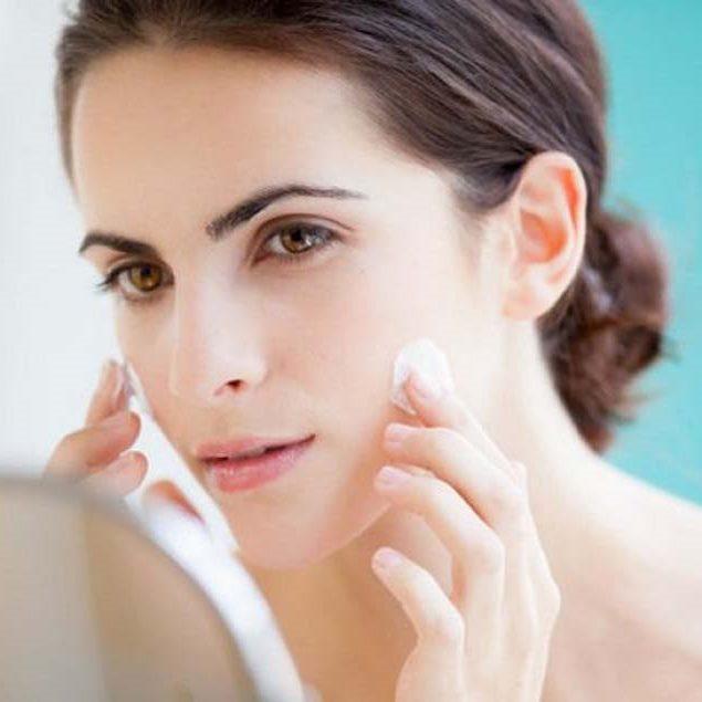 Thoa kem dưỡng ẩm ban đêm trước khi đi ngủ – cách chăm sóc da khoẻ đẹp