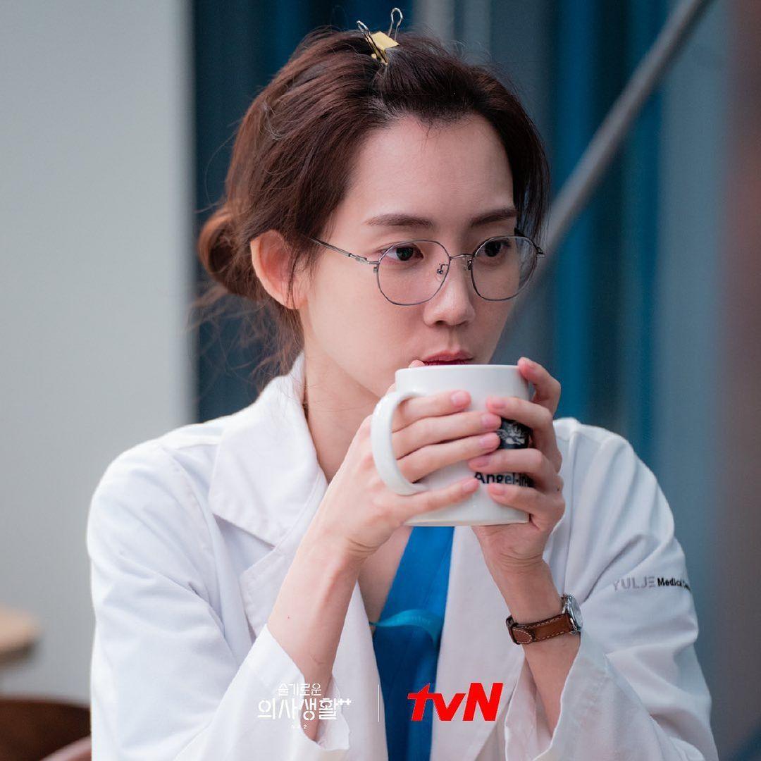 Hình ảnh nữ chính Shin Hyun Bin với tạo hình cô bác sĩ mạnh mẽ Hospital Playlist